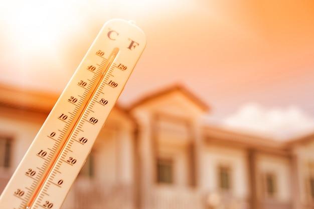 Thermometer zeigt die temperatur ist wärme am himmel