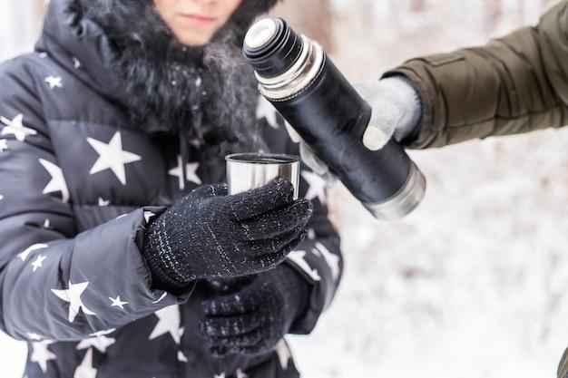Thermoskanne und konzept der kalten jahreszeit
