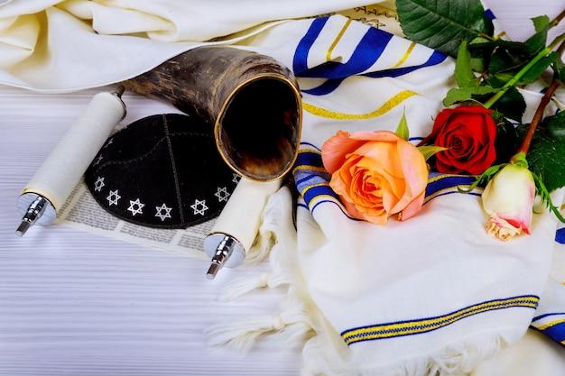 Thora-rollen und ein musikhorn, beide im judentum in einer synagoge.