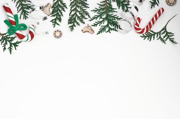 Thuja zweige, fichte und neujahrsdekor