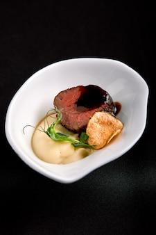 Thunfisch canapes mit rotweinsauce und spargelbrei mit bohnen