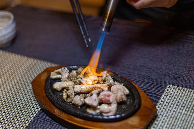 Thunfisch direkt mit einer fackel gebacken