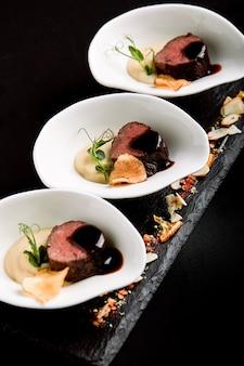 Thunfisch häppchen mit rotweinsauce und spargelbrei mit bohnen