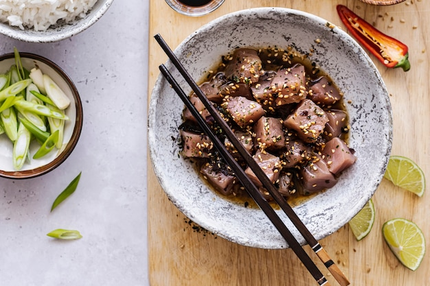Thunfisch in sojasauce und sesam