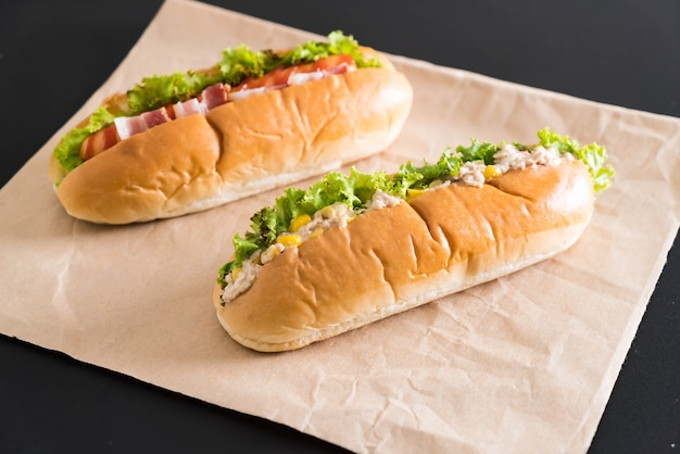 Thunfisch mais salat hotdog und speck wurst hotdog