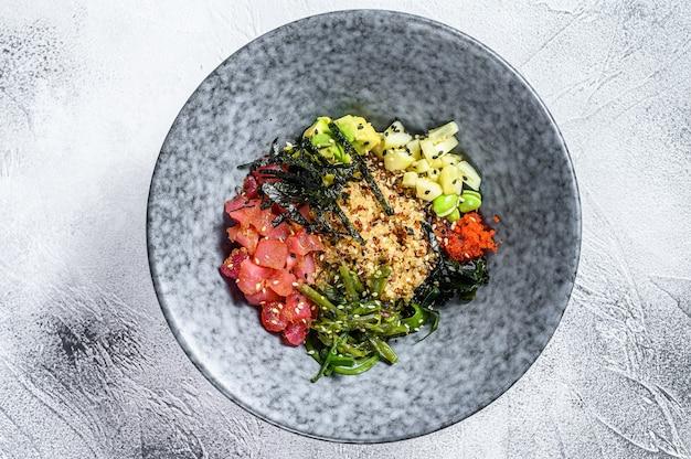 Thunfisch-sackschale mit algen-avocado-gurken-rettich-sesam