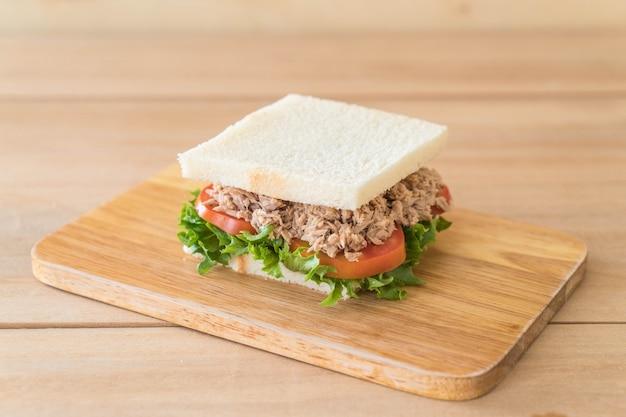 Thunfisch-sandwich auf holz