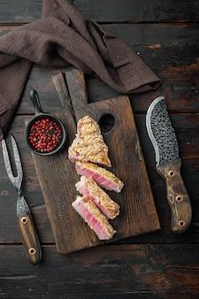 Thunfisch tataki sesam kruste vorspeise set, auf holz servierbrett, auf alten dunklen holztisch