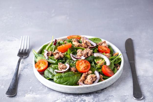Thunfisch, tomaten, rote zwiebeln und spinatsalat