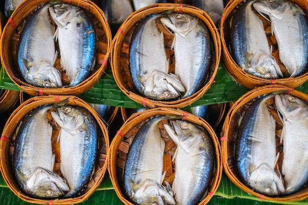 Thunfische im behälter, der den markt kauft