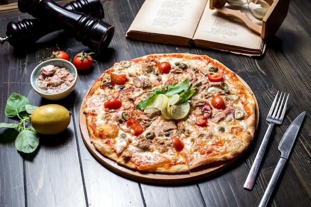 Thunfischpizza tomatenkapern käse zwiebel oliven seitenansicht