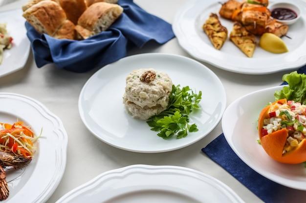 Thunfischsalat kartoffel gurke karotte petersilie mayonaise seitenansicht