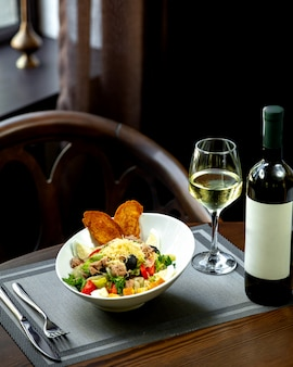 Thunfischsalat mit einem glas weißwein