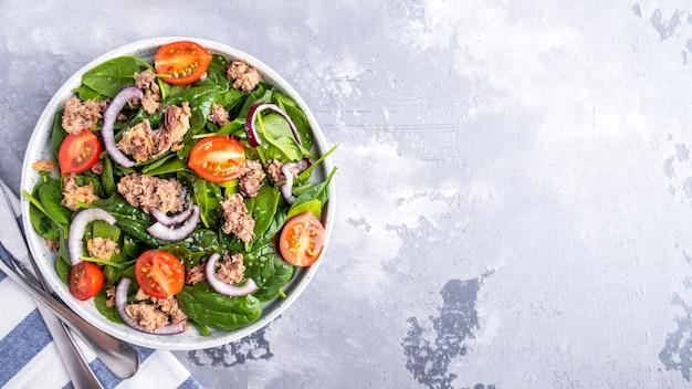Thunfischsalat mit gemüse und gemüse