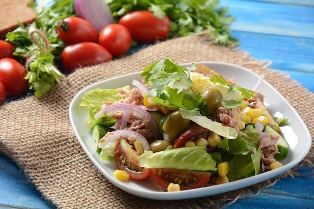 Thunfischsalat mit salat, eiern und tomaten, gurke, mais und roten zwiebeln