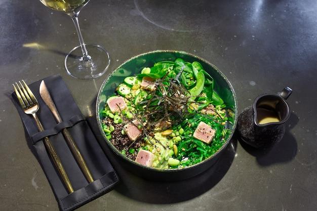 Thunfischsalat mit spinat-zucchini-algen und bohnen