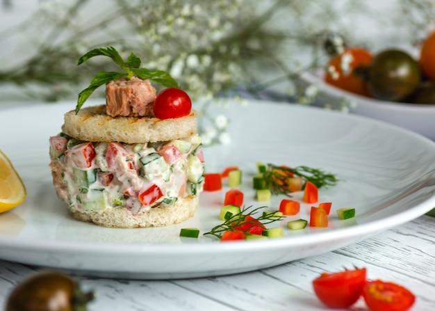 Thunfischsalat mit tomaten und gurken, gewürzt mit mayonnaise