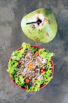 Thunfischsalat und kokosnuss
