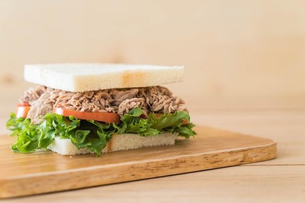 Thunfischsandwich auf holz