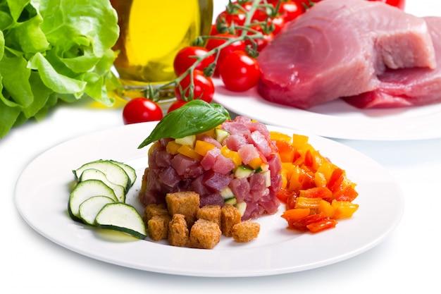 Thunfischtatar mit frischer zucchini und pfeffer