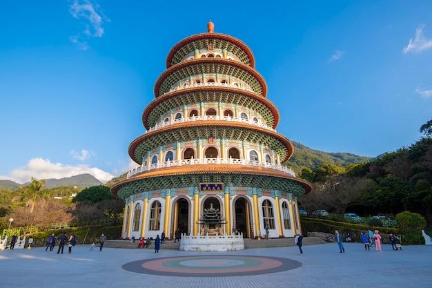 Tianyuan-tempel mit blauem himmel, der berühmteste ort für touristen in taiwan