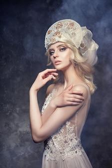 Tiara-krone auf blondem hauptmädchen. feenhaftes kleid der frau