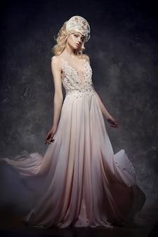 Tiara-krone auf blondem mädchen-feenhauptkleid
