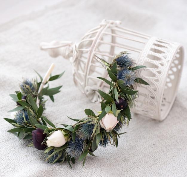 Tiara von künstlichen rosen auf hölzernem.