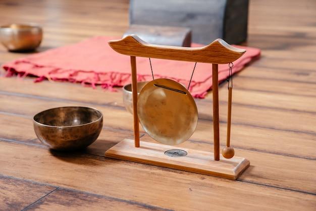 Tibetische klangschalen auf dem boden in der yoga-klasse, klangtherapiekonzept