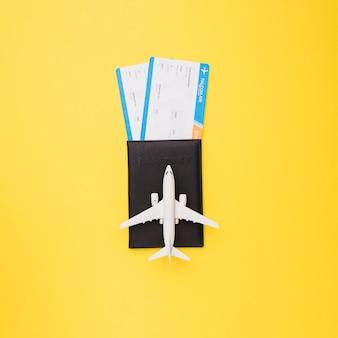 Tickets, reisepass und spielzeugflugzeug