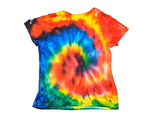 Tie dye t-shirt mit einem hellen spiralmuster auf einer weißen oberfläche isoliert