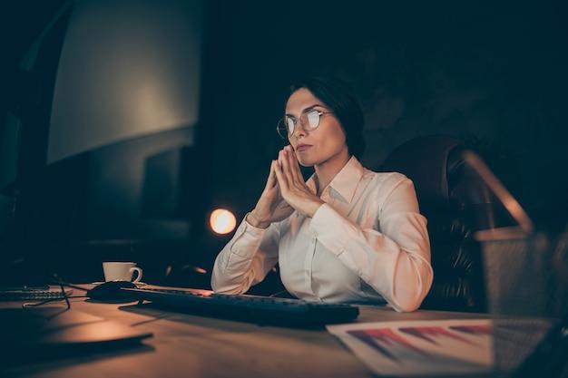 Tief unter winkel ansicht porträt von ihr sie schön attraktiv schön stilvoll klug klug erfahren dame dame auditor top-manager lösung schwieriger aufgabe start in der nacht dunkle arbeitsplatz station drinnen
