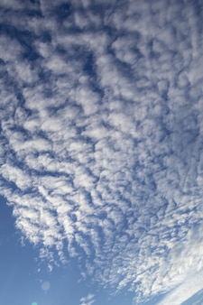 Tiefblauer himmel und weiße wolke.