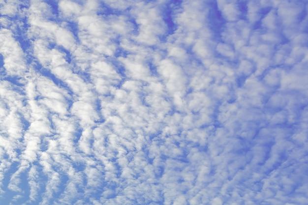 Tiefblauer himmel und weißer wolkenhintergrund. weiche weiße wolken des altocumulus gegen blauen himmel.