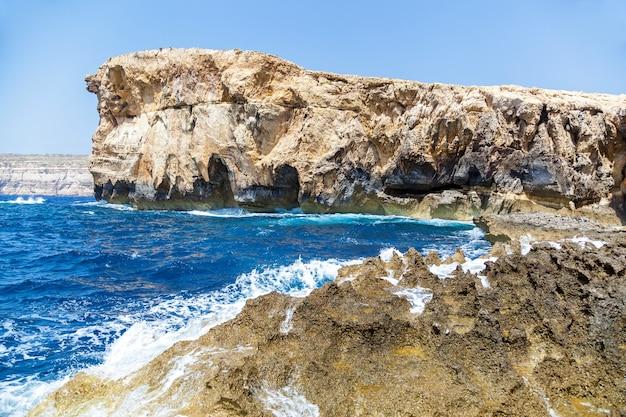 Tiefblaues loch am weltberühmten azure window im mediterranen naturwunder der insel gozo
