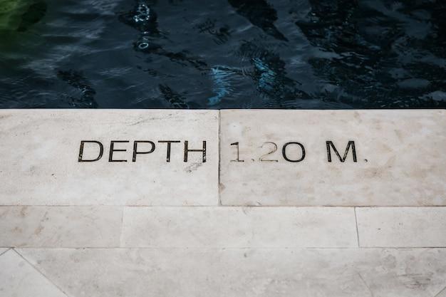 Tiefe pool signage auf schritt für benachrichtigung