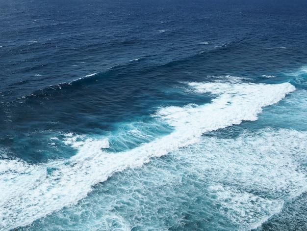 Tiefer blauer meerblick mit kleinen wellen im sommer