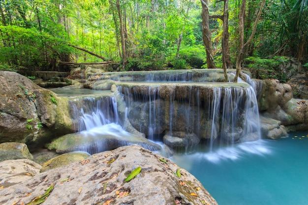 Tiefer waldwasserfall am erawan-wasserfall nationalpark kanchanaburi thailand
