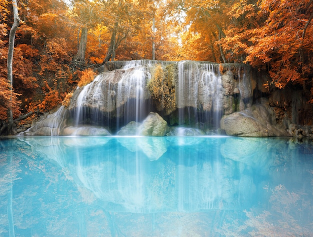Tiefer waldwasserfall in der herbstszene am erawan-wasserfall-nationalpark kanjanaburi thailand