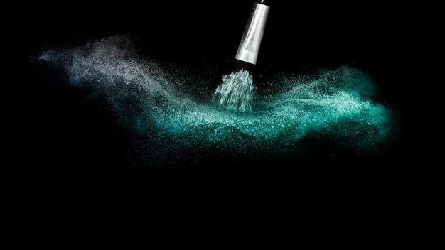 Tiefes ozeanpulver-farbspritzen und silberpinsel für maskenbildner oder schönheitsblogger