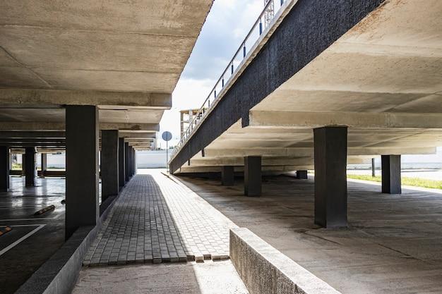 Tiefgarage befindet sich unter dem wohngebäude. lagerplatz für den persönlichen transport der stadtbewohner.