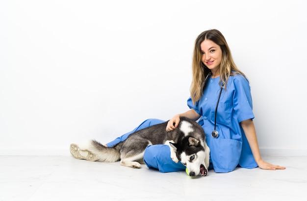 Tierarzt in der tierklinik mit siberian husky hund