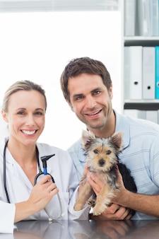 Tierarzt und haustierbesitzer mit welpen