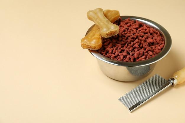 Tierfutter und haarbürste auf beige