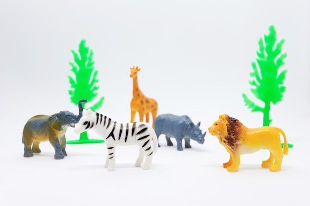 Tierisches afrikanisches modell lokalisiert auf weißem hintergrund, tier spielt plastik