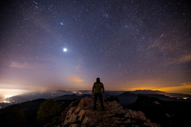 Tierkreislicht und nachthimmel in santuari de la mare de deu del mont