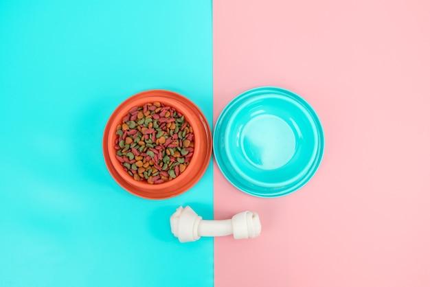 Tiernahrung und snack mit kopienraum auf farbigem hintergrund