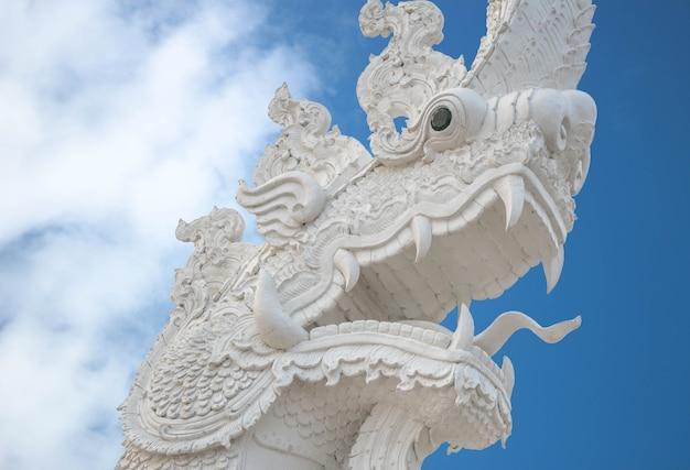 Tierskulptur, alte weiße naga-architektur ist eine schöne kunst (pitak naga) oder