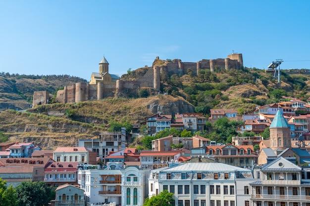 Tiflis, georgien - 25. august 2021: schöne aussicht auf die altstadt von tiflis, abanotubani. reisen