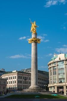 Tiflis, georgien - 30.08.2018: goldene statue des heiligen georg auf dem hauptplatz von tiflis.